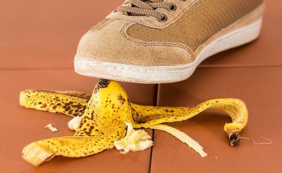 Personne marchand sur une peau de banane